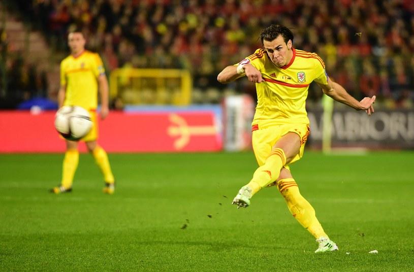 Lider Walii Gareth Bale strzela na bramkę Belgów /AFP