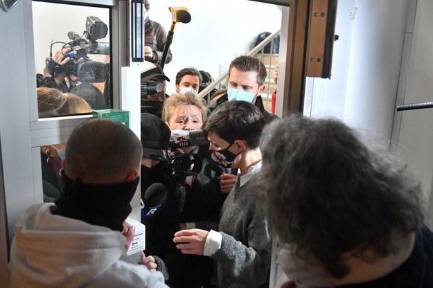Liderka Ogólnopolskiego Strajku Kobiet Klementyna Suchanow (2P) oraz dziennikarze próbujący dostać się na konferencję w Klubie Parasolki w Warszawie / Radek Pietruszka   /PAP