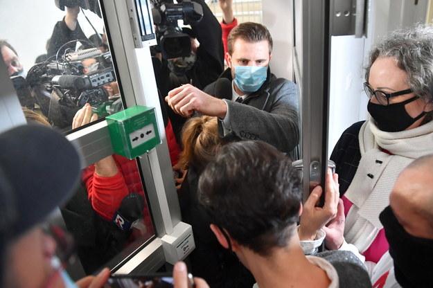 Liderka Ogólnopolskiego Strajku Kobiet Marta Lempart (P) oraz dziennikarze próbujący dostać się na konferencję w Klubie Parasolki w Warszawie / Radek Pietruszka   /PAP