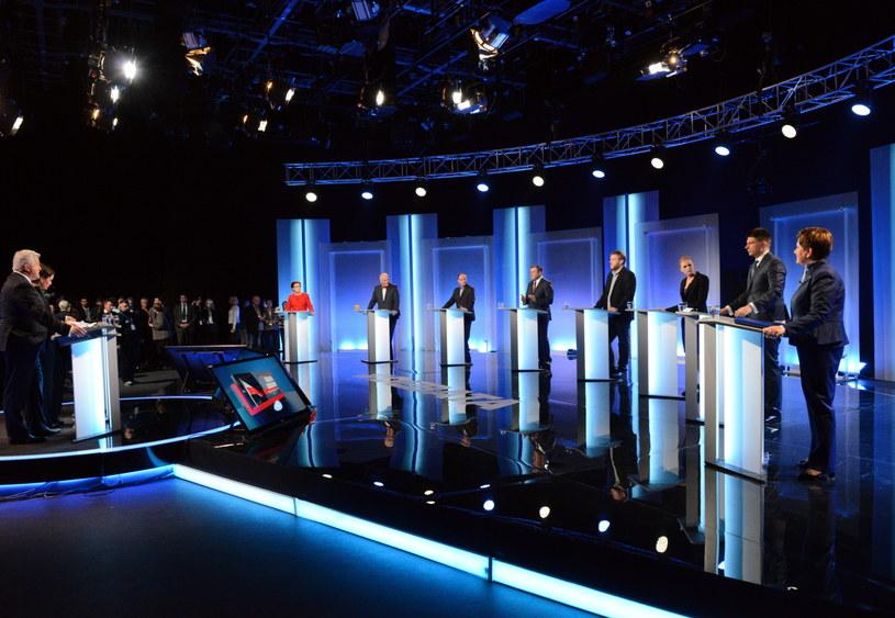 Liderzy ośmiu komitetów wyborczych tuż rozpoczęciem debaty /Jacek Turczyk /PAP