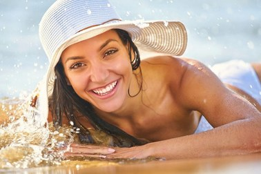 Lifting twarzy latem – bezpieczny i efektowny