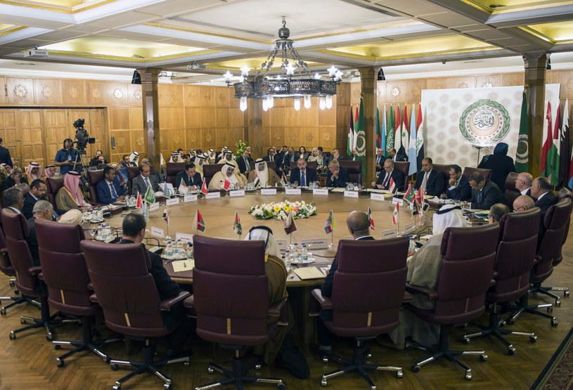 """Liga Arabska, w której skład wchodzą 22 państwa, w tym Egipt, Irak i Arabia Saudyjska, już w piątek w komunikacie określiła turecką inwazję jako """"atak na suwerenność państwa członkowskiego"""" /MOHAMED HOSSAM /PAP/EPA"""