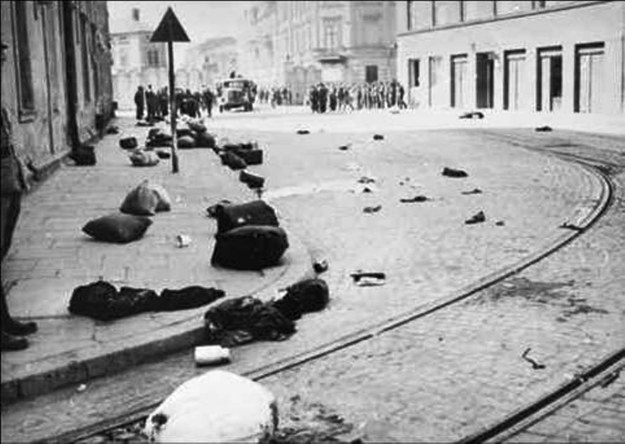 Likwidacja krakowskiego getta 14 marca 1943 r. Rzeczy mieszkańców dzielnicy pozostawione na ul. Lwowskiej /IPN