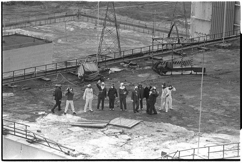 Likwidatorzy kończący pracę na dachu 3. reaktora pozdrawiają fotografującego ich Igora Kostina /Igor Kostin /Getty Images