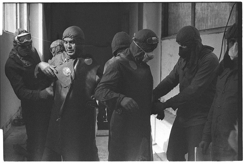 Likwidatorzy z wojskowych jednostek chemicznych ubierają skafandry ochronne, które wcale nie chroniły skutecznie przed promieniowaniem /Igor Kostin /Getty Images