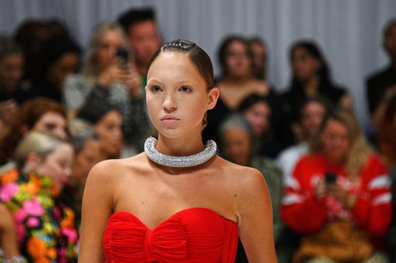 Lila Moss umieściła na Instagramie swoje zdjęcie z pokazu Fendi x Versace w Mediolanie, fani córki ikony modelingu oniemieli z zachwytu / David M. Benett / Contributor /Getty Images