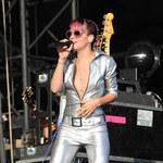 Lily Allen w rozpiętej bluzce bez stanika!