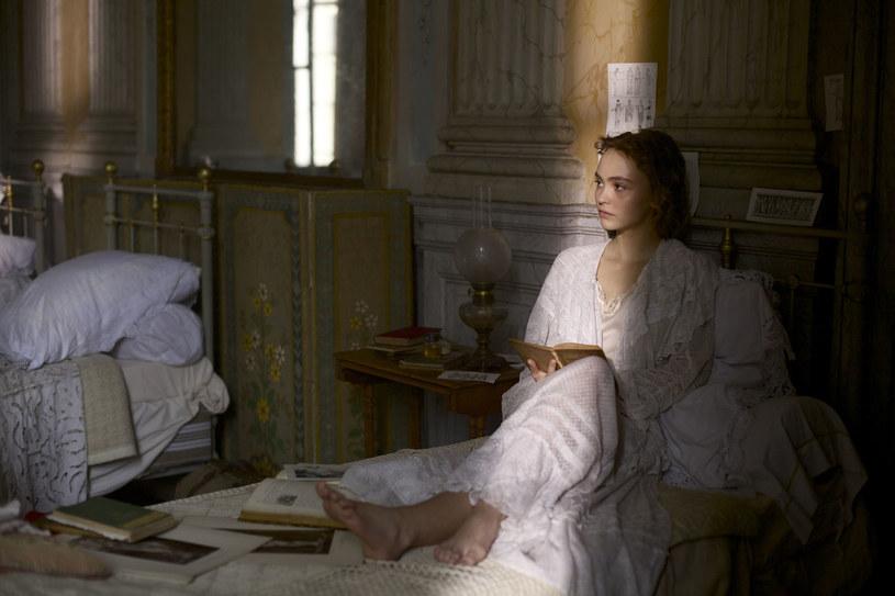 """Lily-Rose Depp w scenie z """"Tancerki"""" /materiały prasowe"""