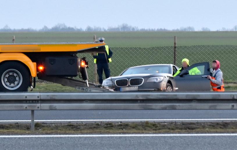Limuzyna, która podróżował prezydent Andrzej Duda, wydobywana z rowu autostrady A4 /PAP/Brzeg24  /PAP