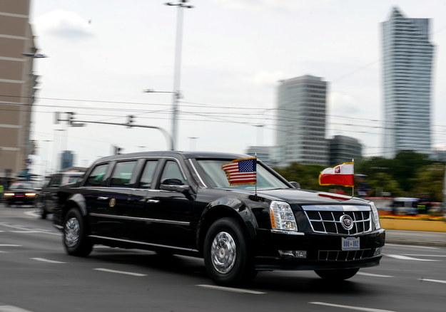 Limuzyna z prezydentem Stanów Zjednoczonych Barackiem Obamą przejeżdża przez centrum Warszawy, na Stadion PGE Narodow /Marcin Obara /PAP