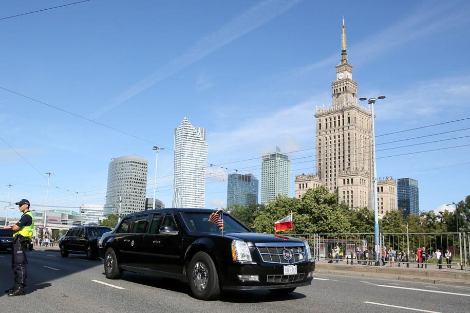 Limuzyna z prezydentem Stanów Zjednoczonych Donaldem Trumpem w drodze na Zamek Królewski w Warszawie /Leszek Szymański /PAP