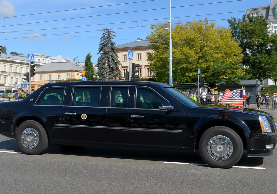 Limuzyna z prezydentem Stanów Zjednoczonych Donaldem Trumpem w drodze na Zamek Królewski w Warszawie /Stach Leszczyński /PAP