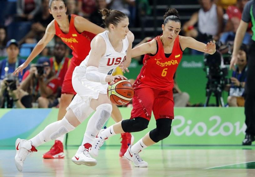 Lindsay Whalen (z piłką) w meczu z Hiszpanią w finale IO w Rio /PAP/EPA