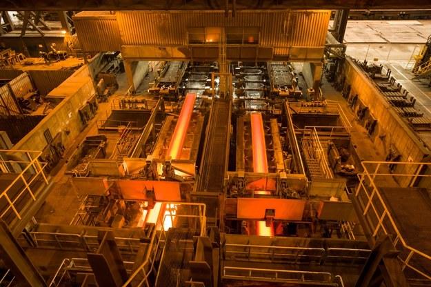 Linia ciągłego odlewania stali w krakowskiej hucie ArcelorMittal (sierpień 2016) /Stanisław Rozpędzik /PAP