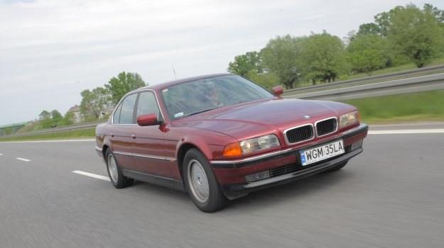 Linie tego BMW są pozbawione awangardowych rozwiązań. Dzięki temu po 18 latach od debiutu nadal wygląda reprezentacyjnie. Na zdjęciu wersja 730i V8 sprzed liftingu. /Motor