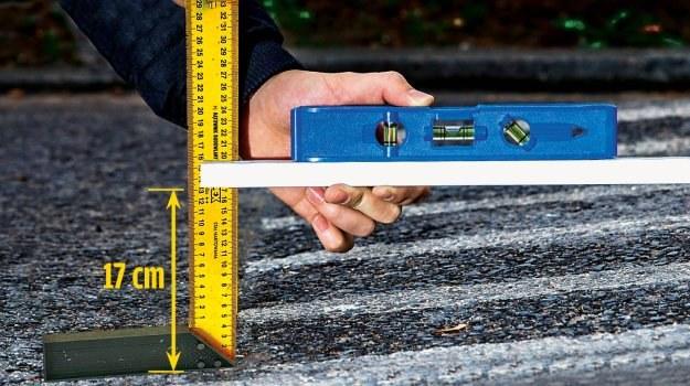 Linijka i poziomica pozwalają sprawdzić, czy próg ma prawidłową wysokość. /Motor