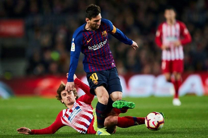Lionel Messi atakowany przez Antoine'a Griezmanna /PAP/EPA