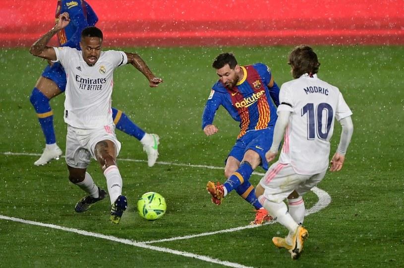 Lionel Messi (Barcelona, w środku), z lewej Eder Militao, z prawej Luka Modrić z Realu /AFP