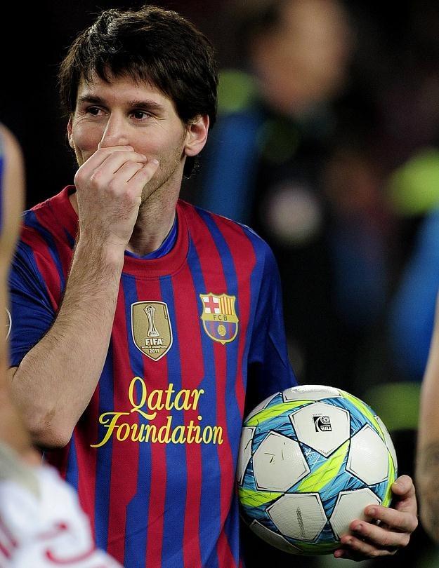 Lionel Messi bierze piłkę i robi swoje. /AFP