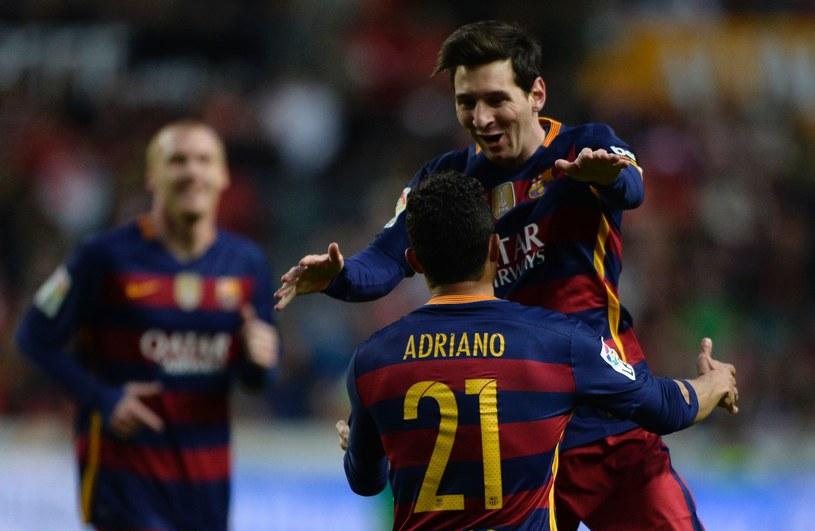 Lionel Messi cieszy się z Adriano po golu na 1-2. /AFP