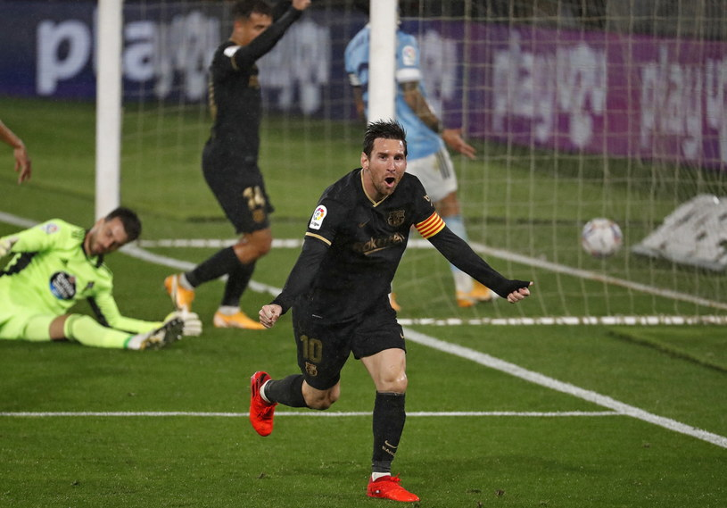 Lionel Messi cieszy się z bramki. Później gol został zweryfikowany jako samobójcze trafienie /LAVANDEIRA JR /PAP/EPA