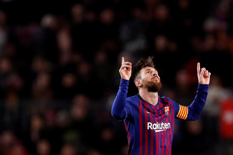 Lionel Messi cieszy się z gola w meczu Barcelony z Valencią /ALBERTO ESTEVEZ /PAP/EPA