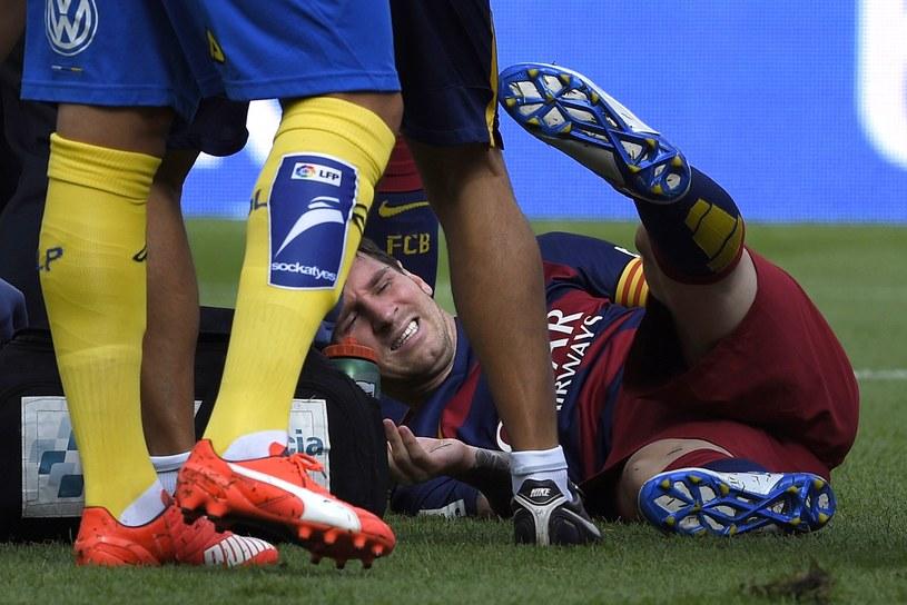 Lionel Messi doznał kontuzji i musiał opuścić boisko /AFP