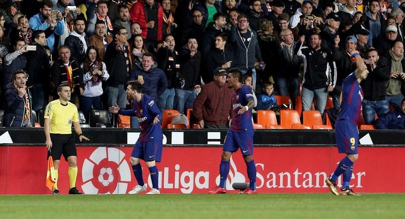 Lionel Messi (drugi z lewej) nie przekonał asystenta, że padł gol /PAP/EPA