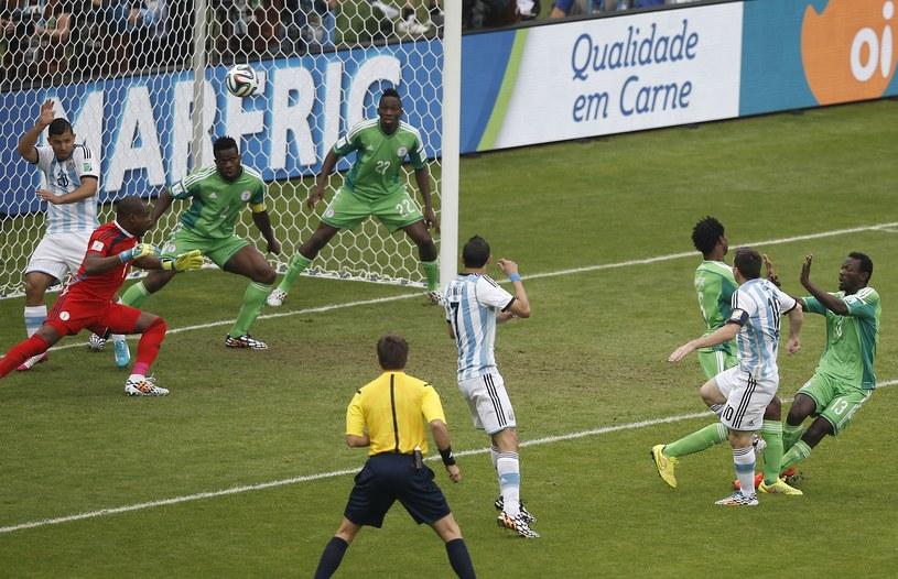 Lionel Messi (drugi z prawej) strzela gola dla Argentyny w meczu z Nigerią /AFP
