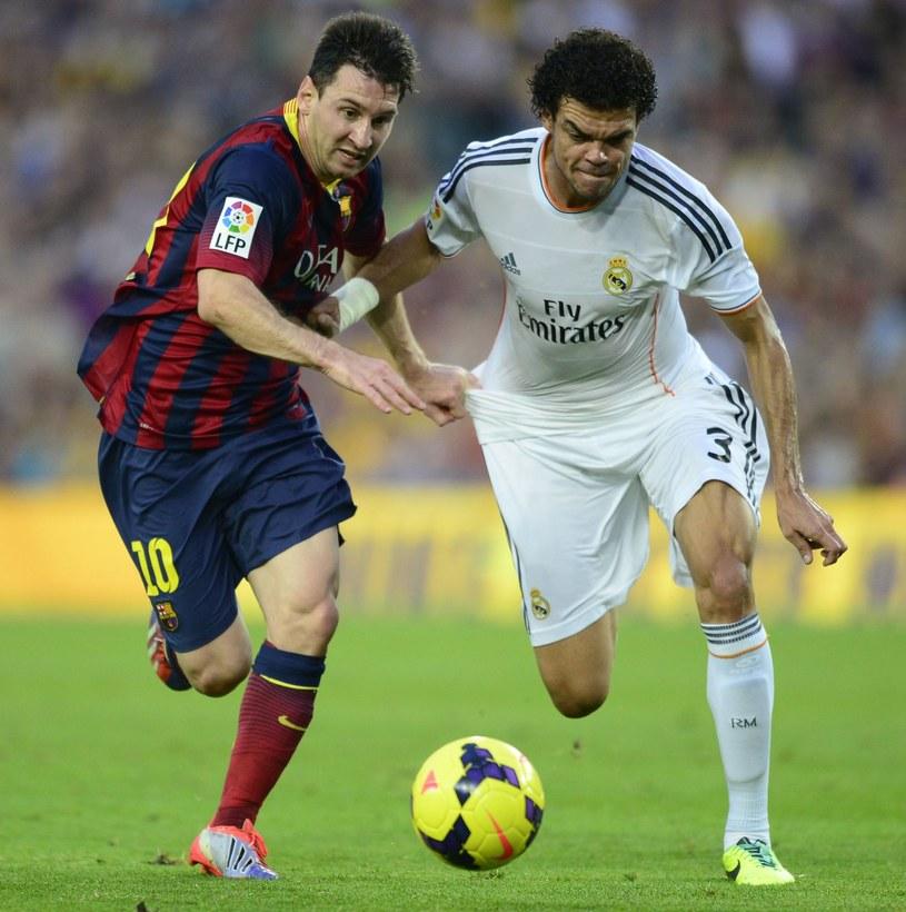 Lionel Messi (FC Barcelona, z lewej) walczy z Pepe (Real Madryt) /AFP