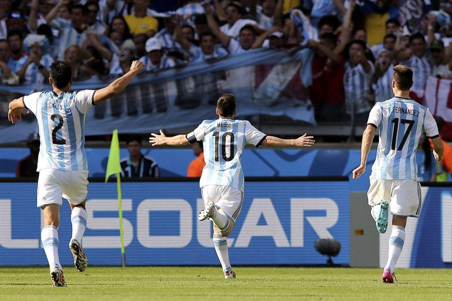 Lionel Messi fetuje strzelenie gola w 91. minucie meczu z Iranem /Ballesteros    /PAP/EPA
