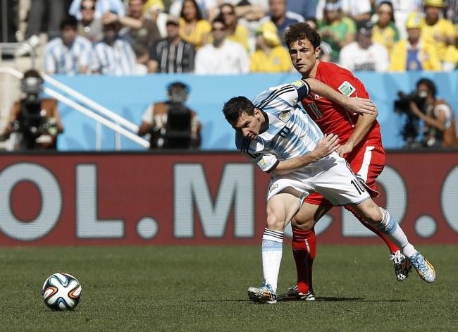 Lionel Messi i Admir Mehmedi /TOLGA BOZOGLU /PAP/EPA