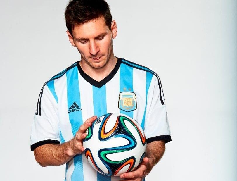 Lionel Messi i Brazuca. Jak wypadnie ich współpraca na mundialu? /Adidas /materiały prasowe