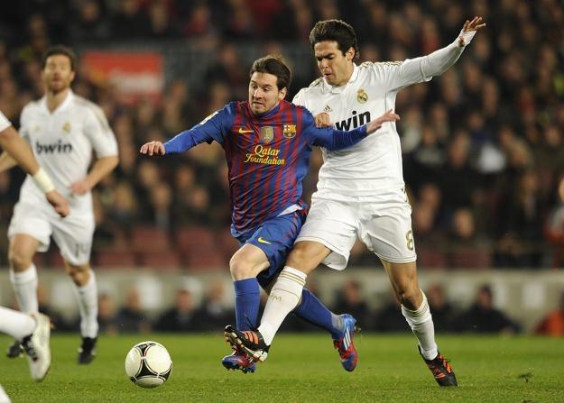 Lionel Messi i Kaka walczą o piłkę /AFP