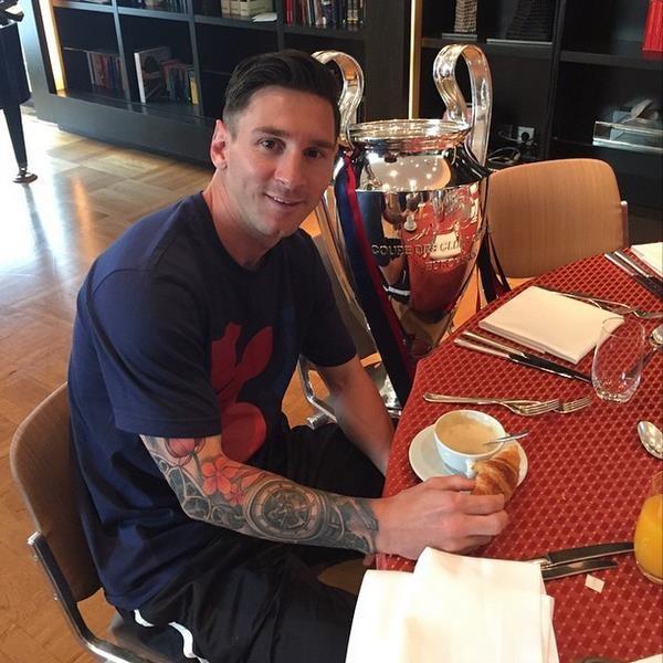 Lionel Messi na śniadaniu z Pucharem Mistrzów /Instagram