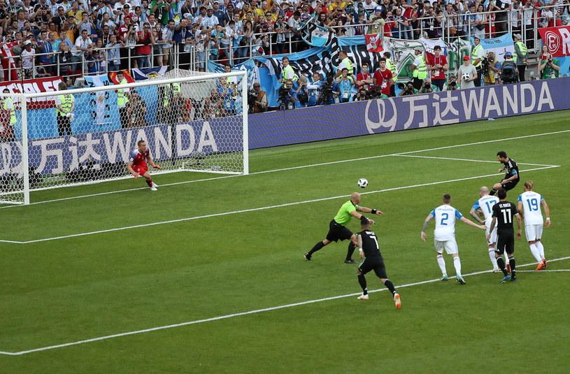 Lionel Messi nie wykorzystał rzutu karnego w meczu z Islandią /PAP/EPA