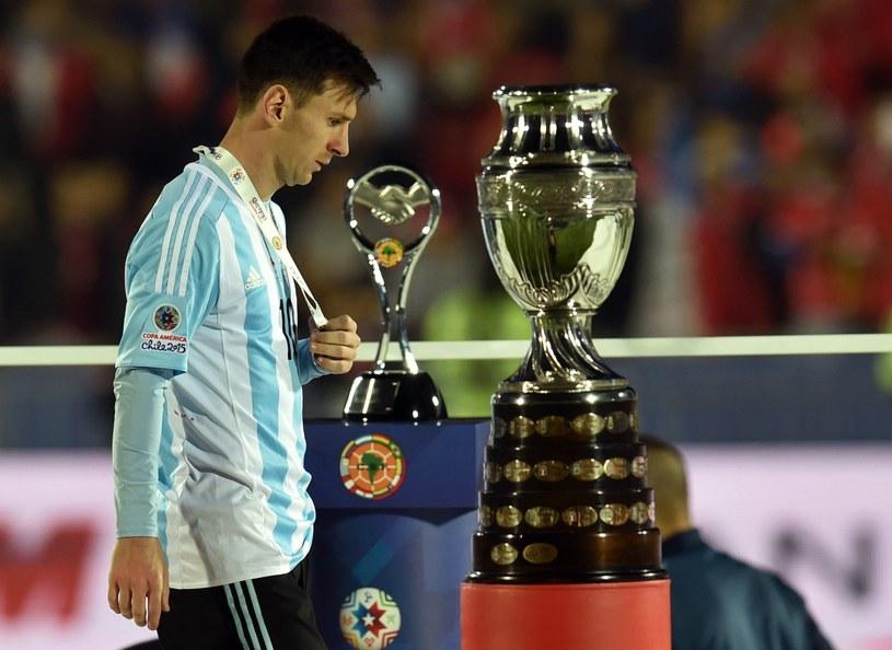 Lionel Messi nie zdobył z dorosłą reprezentacją Argentyny żadnego trofeum /AFP