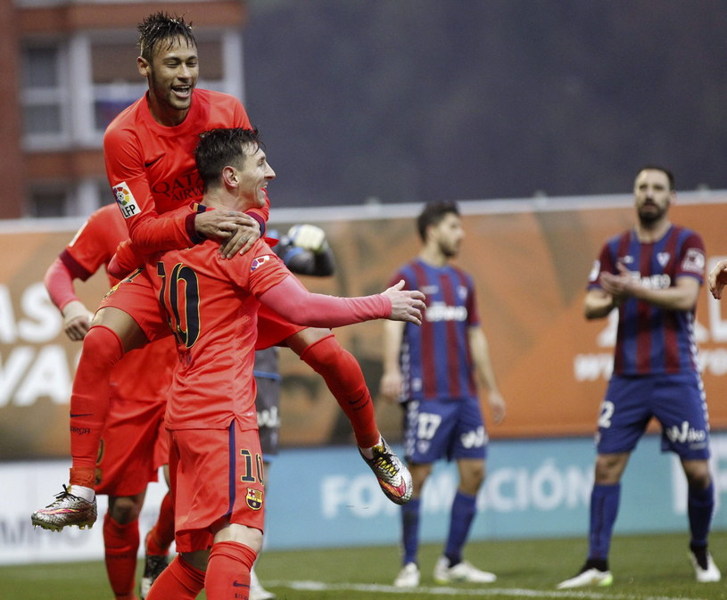 Lionel Messi (numer 10) i cieszący się z nim Neymar /PAP/EPA