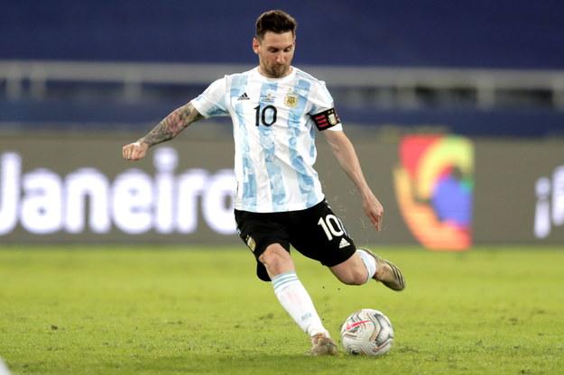 Lionel Messi oddaje strzał podczas wczorajszego meczu Argentyny z Chile /Andre Coelho /PAP/EPA
