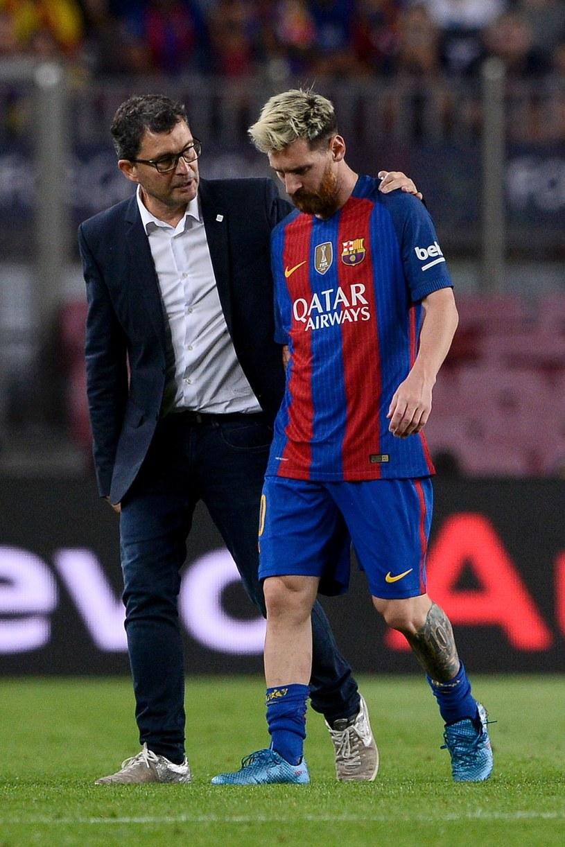 Lionel Messi opuścił boisko w asyście klubowego lekarza Ricarda Pruny. /AFP