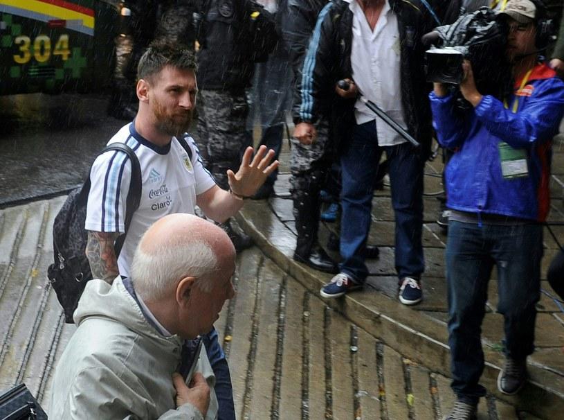 Lionel Messi opuszcza Estadio Hernando Siles w La Paz, gdzie miał zagrać przeciwko Boliwii. Chwilę wcześniej, ogłosiła decyzję o karze dla 29-latka /AFP