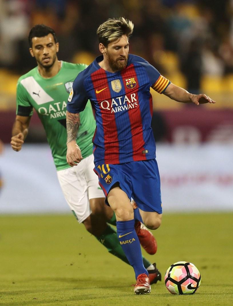 Lionel Messi (P) w koszulce Barcelony z logo Qatar Airways /AFP