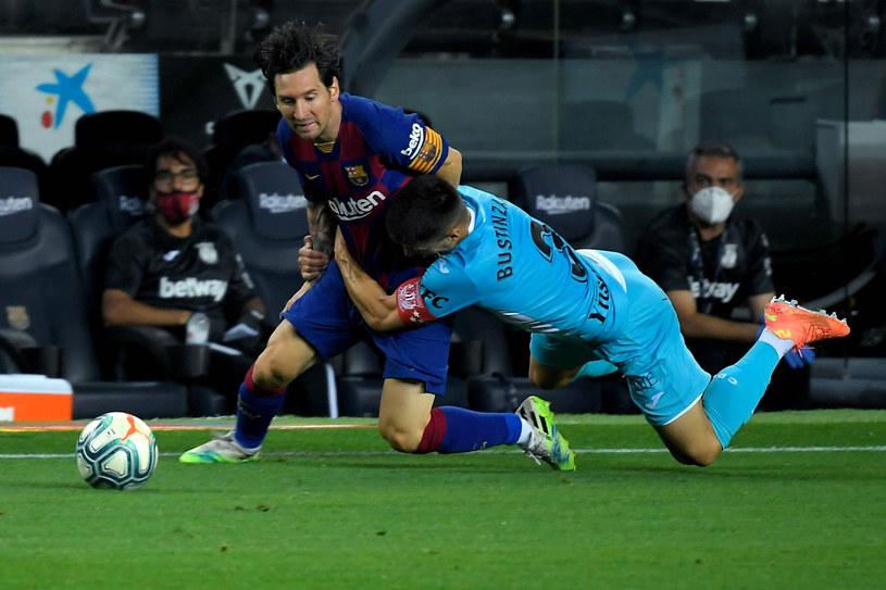 Lionel Messi podczas starcia z Unai Bustinza w trakcie meczu pomiędzy FC Barcelona i CD Leganes 16 czerwca 2020 roku /LLUIS GENE / AFP /East News