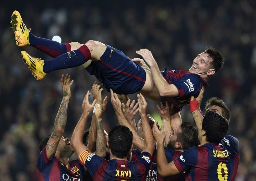 Lionel Messi podrzucany przez kolegów z Barcelony /AFP