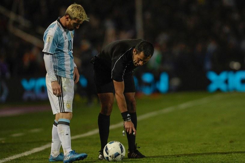 Lionel Messi podziwia jak sędzia używa sprayu podczas meczu el. MŚ w Rosji Argentyny z Urugwajem (1-0) /AFP