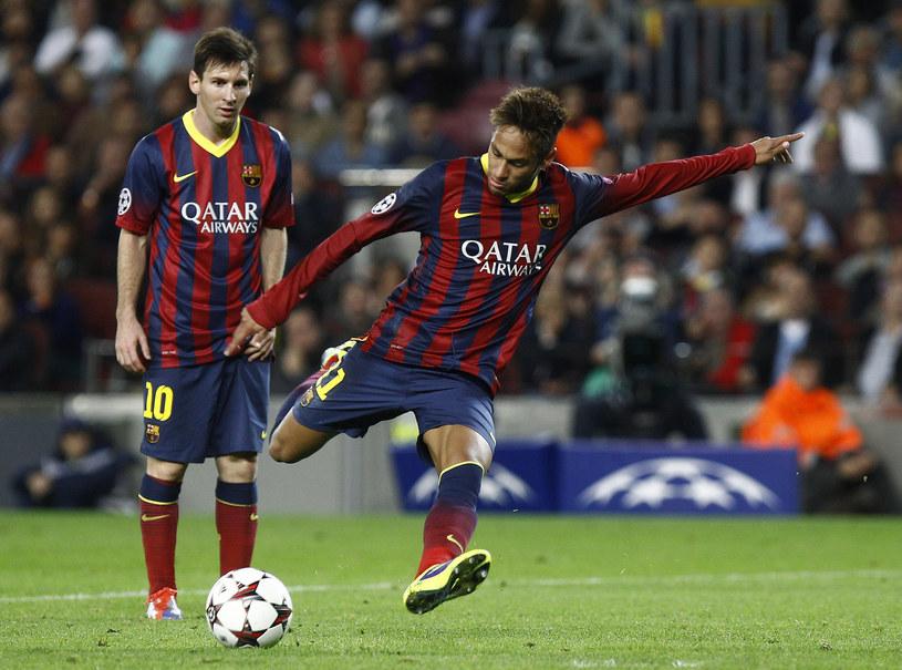 Lionel Messi przygląda się strzelającemu Neymarowi /AFP
