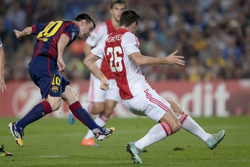 Lionel Messi strzela gola dla Barcelony w meczu z Ajaksem Amsterdam /AFP