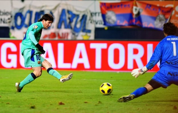 Lionel Messi strzela gola na 2-0 dla Barcelony w meczu z Osasuną /AFP