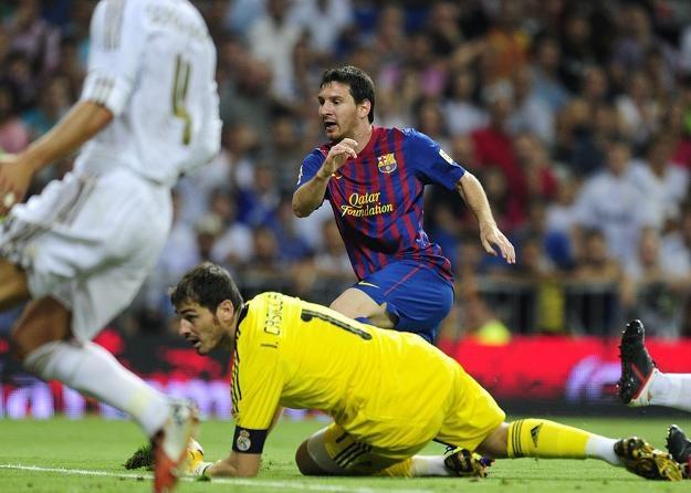 Lionel Messi strzela gola Realowi Madryt. Piłkę próbuje złapać Iker Casillas /AFP