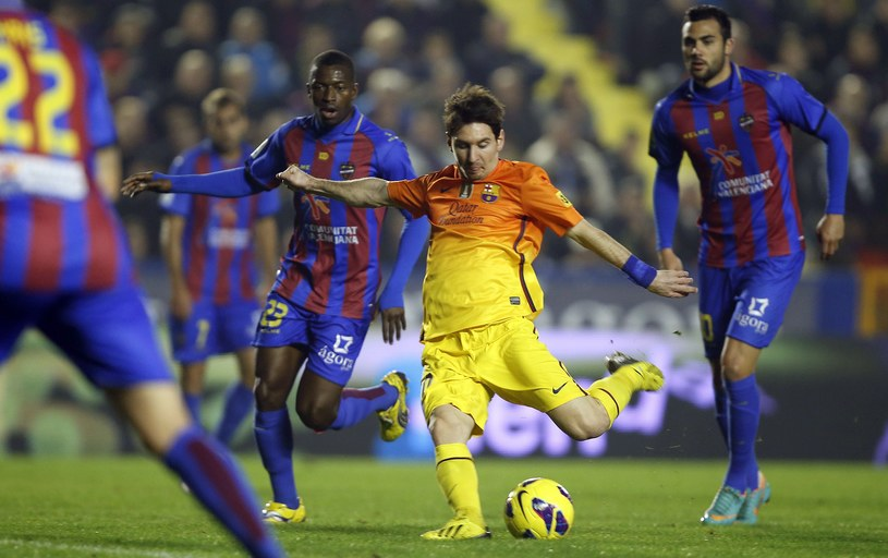 Lionel Messi strzela na bramke Levante. /AFP